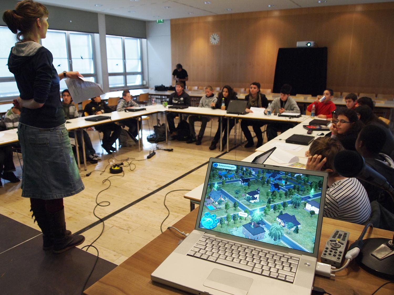 Schüler/innen und Anleiterin bei einem Workshop in München © Initiative Creative Gaming e.V. 2011